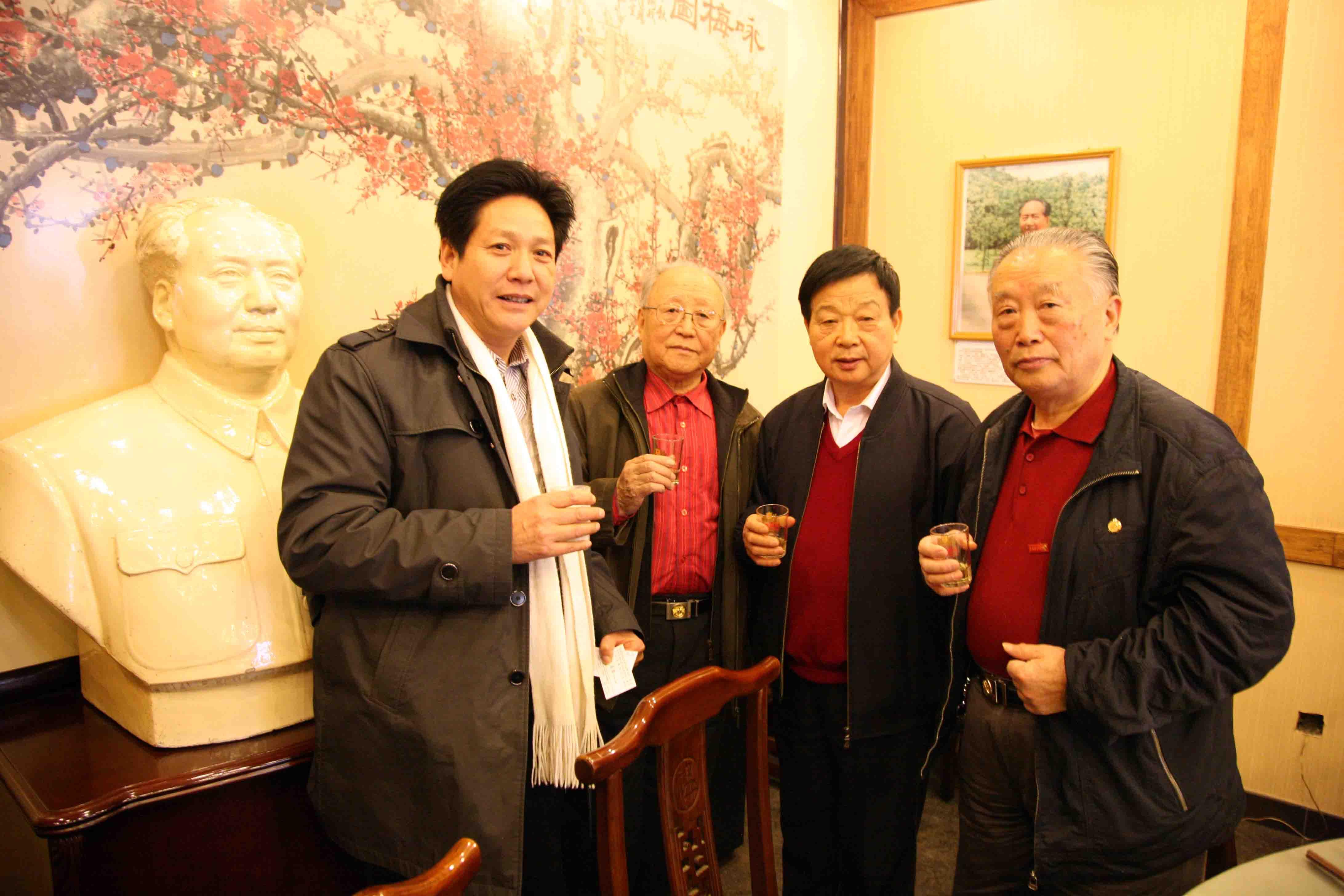 1劉杰與毛主席專職攝影師錢嗣杰(左二)、毛主席生活管理員吳連登(右二)、毛主席警衛員周福明(右一)合影。